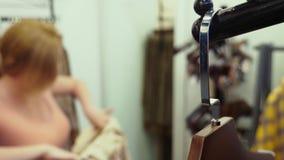Kobieta wybiera nowego odziewa w dziecko sklepie odzieżowym zdjęcie wideo
