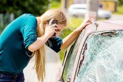Kobieta wybiera numer jej telefon po kraksy samochodowej obrazy royalty free