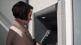 Kobieta wybiera numer kod na ATM klawiaturze zdjęcie wideo