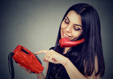 Kobieta wybiera numer liczbę na telefonie Obrazy Stock