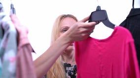 Kobieta wybiera odzieżowego w garderoby szafie zdjęcie wideo