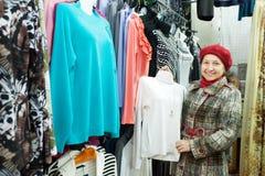 Kobieta wybiera odzieżowego Fotografia Royalty Free