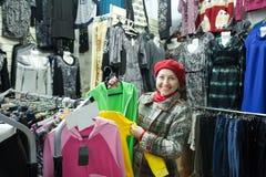 Kobieta wybiera odzieżowego Obraz Royalty Free