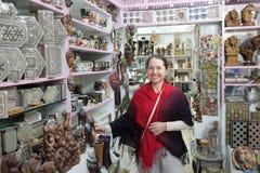 Kobieta wybiera pamiątki w egipcjanina sklepie Obrazy Royalty Free