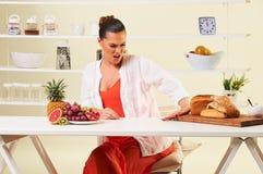 Kobieta wybiera różnorodnego owocowego łasowania zdrową dietę nad węglowodanami i chlebami Fotografia Stock