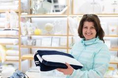 Kobieta wybiera ręcznika w sklepie obrazy royalty free