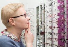 Kobieta wybiera ramę dla szkieł Fotografia Stock