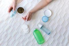Kobieta wybiera skincare produkty Fotografia Royalty Free