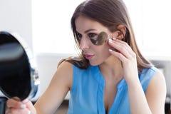 Kobieta wybiera skincare produkty Obraz Stock