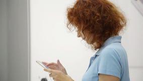 Kobieta wybiera smartphone w sklepie zdjęcie wideo