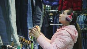 Kobieta wybiera spodnia w sklepie zdjęcie wideo