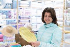 Kobieta wybiera talerza w sklepie obrazy stock
