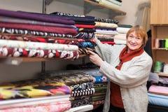 Kobieta wybiera tkankę Zdjęcie Stock