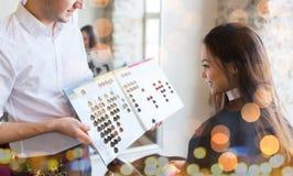 Kobieta wybiera włosianego kolor od palety przy salonem zdjęcia royalty free
