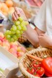 Kobieta wybiera wiązek winogrona Zdjęcie Stock