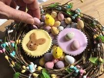 Kobieta wybiera Wielkanocnego jajko fotografia royalty free