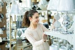 Kobieta wybiera wnętrzy światła w centrum handlowym Obrazy Royalty Free