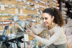 Kobieta wybiera wnętrzy światła w centrum handlowym Obraz Royalty Free