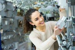 Kobieta wybiera wnętrzy światła w centrum handlowym Fotografia Royalty Free