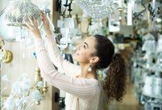 Kobieta wybiera wnętrzy światła w centrum handlowym Zdjęcia Royalty Free