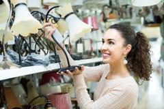 Kobieta wybiera wnętrzy światła w centrum handlowym Zdjęcie Royalty Free