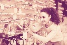 Kobieta wybiera wnętrzy światła w centrum handlowym Zdjęcie Stock