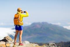 Kobieta wycieczkowicz bierze fotografie w górach obrazy royalty free