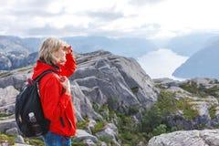 Kobieta wycieczkowicz na ambony skale, Preikestolen/, Norwegia Zdjęcie Stock