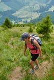 Kobieta wycieczkowicz na stromym śladzie Fotografia Stock