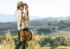Kobieta wycieczkowicz w Tuscany bierze fotografię z retro fotografii kamerą Zdjęcie Stock