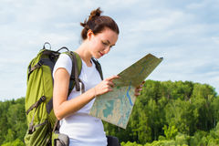 Kobieta wycieczkowicza czytania mapa fotografia stock