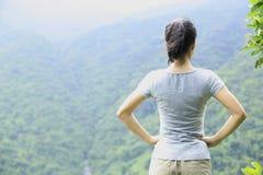 Kobieta wycieczkowicza góry wierzchołek Fotografia Stock
