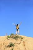 Kobieta wycieczkowicza góry wierzchołek Zdjęcia Stock