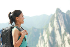 Kobieta wycieczkowicza halny szczyt Obrazy Royalty Free