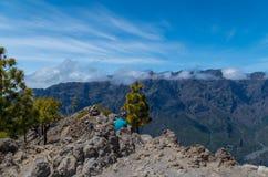 Kobieta wycieczkowicza obsiadanie na szczycie z panoramą, los angeles Palma Fotografia Stock
