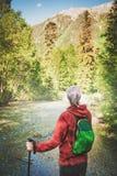 Kobieta wycieczkowicza odprowadzenie w lasu plecy pozie błękitny samochodowej miasta pojęcia Dublin mapy mała turystyka Obrazy Royalty Free