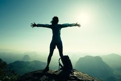 kobieta wycieczkowicza otwarte ręki na wschód słońca góry wierzchołku Obraz Stock