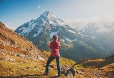 Kobieta wycieczkowicza pozycja na wierzchołku góra Tylna poza Obrazy Royalty Free
