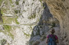Kobieta wycieczkuje na trasie Dbam, Hiszpania, Europa fotografia stock