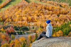Kobieta wycieczkuje przy artysty blefem w jesieni zdjęcie royalty free