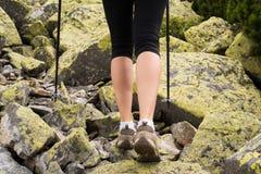 Kobieta wycieczkuje w górach Fotografia Stock