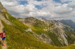 Kobieta wycieczkuje w górach Lechtal Alps, Austria Obrazy Royalty Free