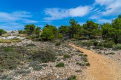Kobieta wycieczkuje w górach Tramuntana, Mallorca, Baleares, Hiszpania Obraz Royalty Free