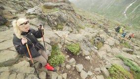Kobieta wycieczkuje w Jotunheimen parku narodowym, Norwegia zdjęcie wideo
