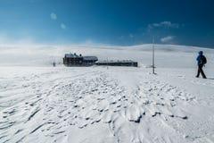 Kobieta wycieczkuje w Krkonose górach w kierunku Lucni bouda na pogodnym zima dniu, republika czech Fotografia Royalty Free