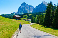 Kobieta wycieczkuje w Włoskich Alps Zdjęcia Stock