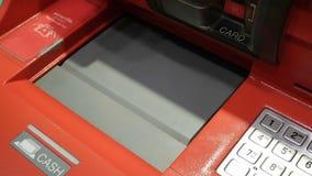 Kobieta wycofuje gotówkę od ATM i deponuje zdjęcie wideo