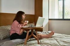 Kobieta wydatki dzień w domu zdjęcie stock