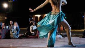 Kobieta wykonuje brzucha tana dla turystów w Beduińskiej wiosce zdjęcie wideo