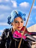 Kobieta wykonuje muzykę na skrzypce parku plenerowym Dziewczyny spełniania jazz Obraz Stock